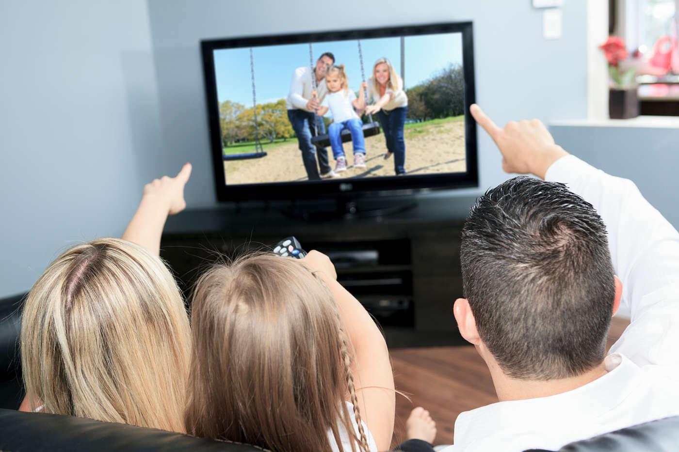 Rodzina oglądająca TV 65 Cali